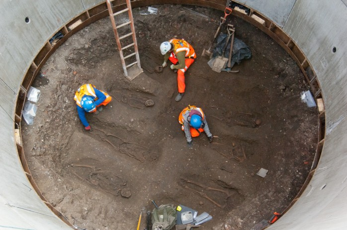 Archaeologists excavating plague victims close to the Charterhouse (image source: Crossrail)