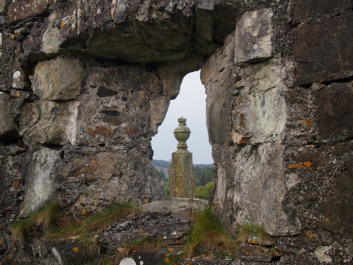 Pennygown: the ruined chapel and medieval effigies of a Hebridean burial ground
