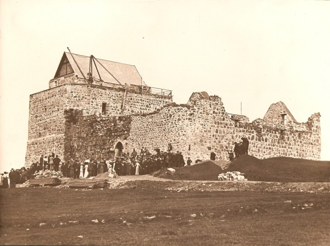 Members of the MacLean clan gather at Duart Castle in 1912 (source)