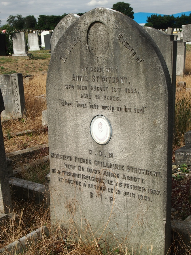 The grave of a French husband and English wife has inscriptions in both languages