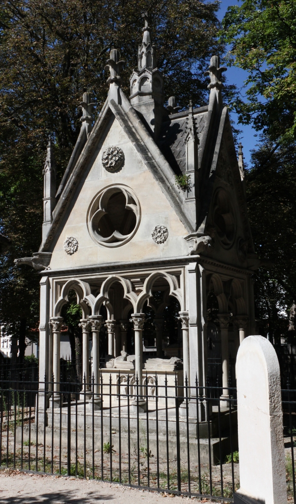 The monument to A and H (image via Wikimedia Commons)
